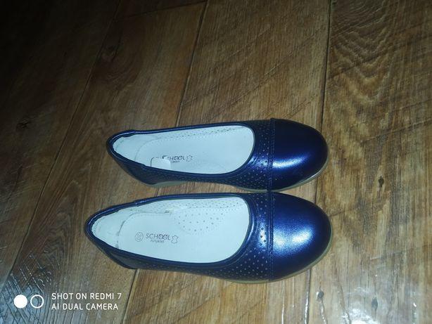 Детские туфли две пары 1.новая. 2.Б/у.