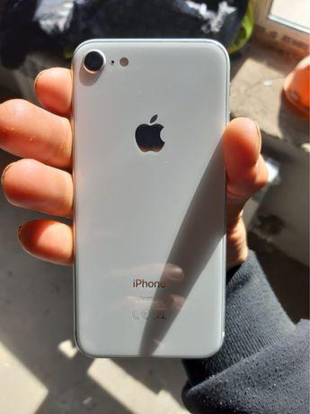 Продам Айфон 8