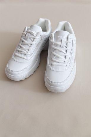 Продаю кроссовки женские