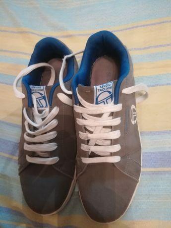 Продава мъжки спортни обувки