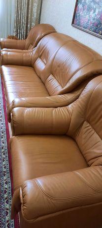 набор кожаной мебели  диван раздвижной и два кресла