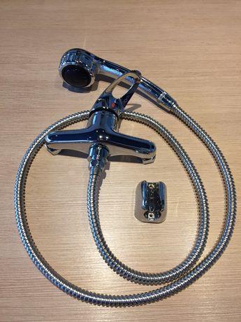 Смесител за душ/вана с маркуч, 3-степенна слушалка и малък държач.