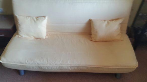 Спешно-неразличим от нов разтегателен италиянски диван.