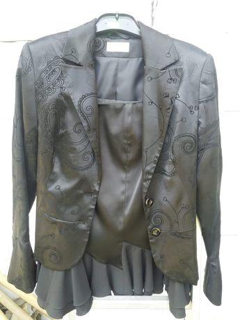 Vand costum negru cu fusta