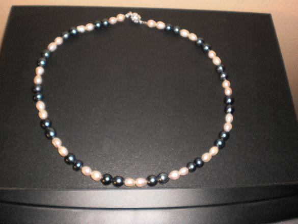 Гердан от бели и черни перли