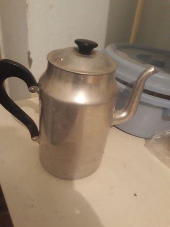 Старинный алюминиевый чайник