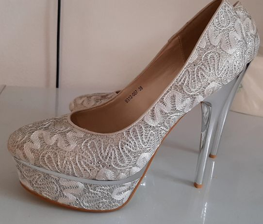 Vand pantofi argintii