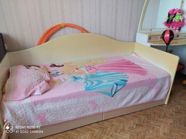 Продам детскую кровать, туалетный столик