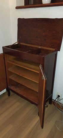 Dulap etajat din lemn cu rafturi  si multiple spatii de depozitare
