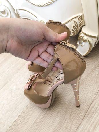Продам Туфельки с высокими каблуками