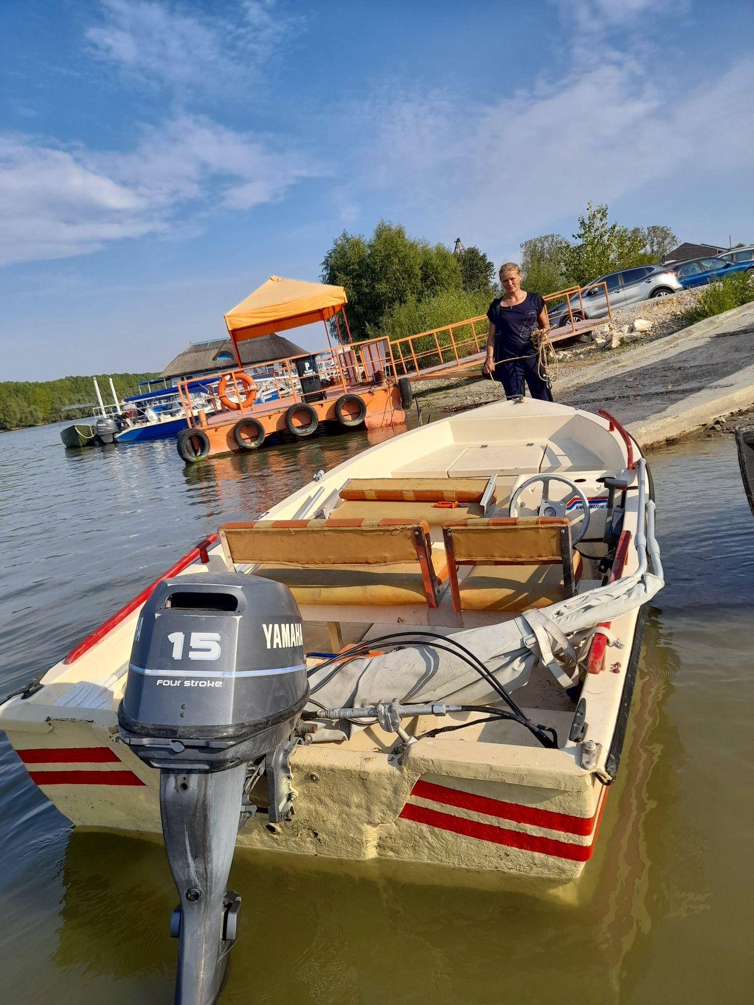 Barcă cu motor de15 cai yamaha.