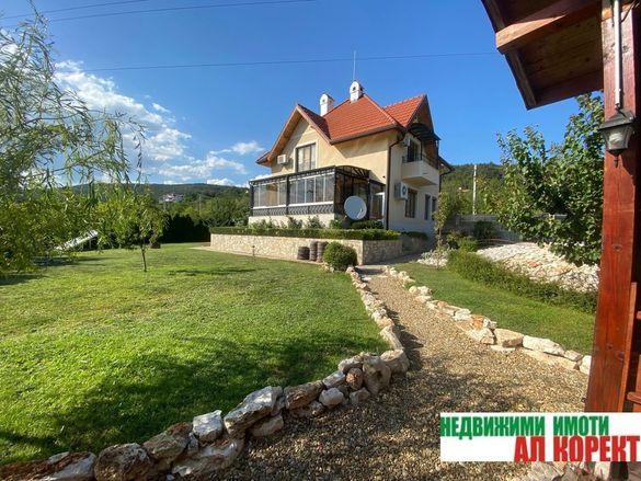 Префектна, обзаведена къща с басейн и морска панорама в м-ст Манастир