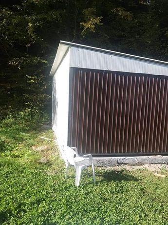 Vând garaje auto din structură metalică învelită cu panou sandwich