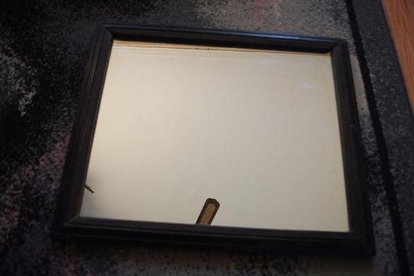 Старинно огледало в дървена рамка