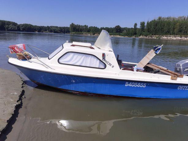 Barca cabinata cu motor