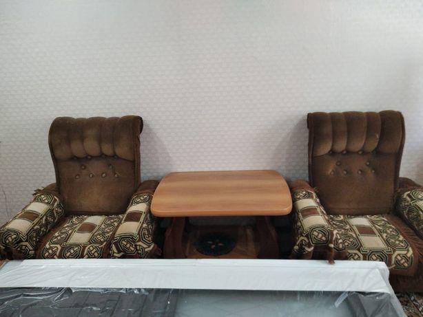 Кресло и столик, столик, телевизор