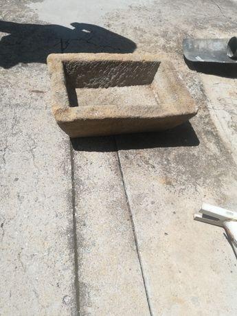 Ръчно изработено каменно корито