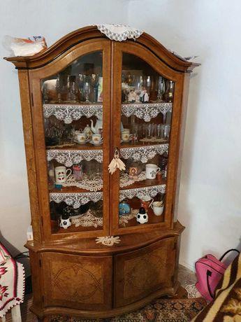 Vând vitrina din lemn de nuc