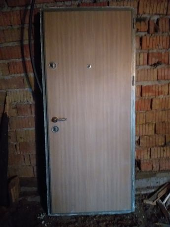 Vand usa intrare apartament bloc