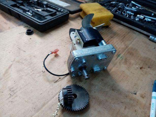 Vând motor de rotisor