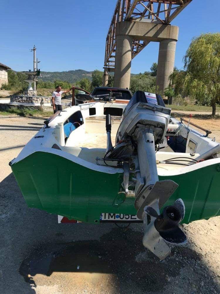 Vând barcă cu motor și periodic.