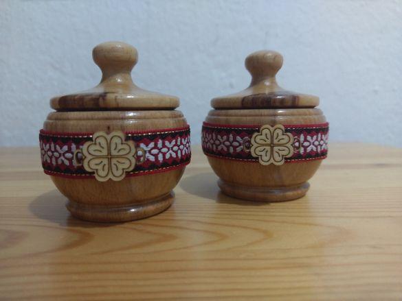 Солници и оливерници с традиционна българска шевица