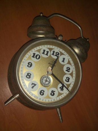 Vand doua ceasuri de masa Aradora si Victoria