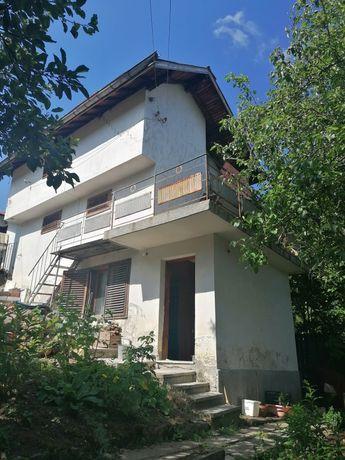 Масивна къща и малка тухлена къща, облицована с дърво в Рударци