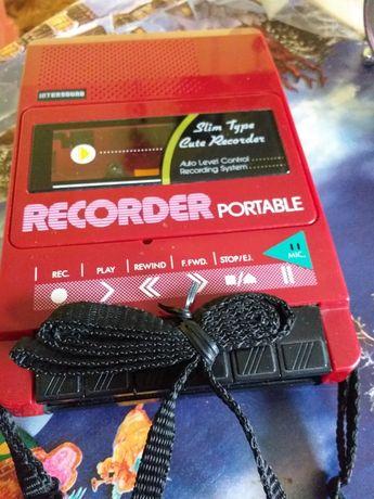 Чисто ново радио recorder intersound работещо на ток и на батерии