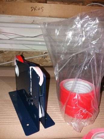 Banda adeziva și dispozitiv aparat de lipit pungi