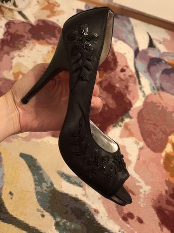 Официални дамски сандали с нежни камъчета