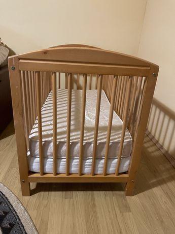 Patut de lemn pentru bebelusi
