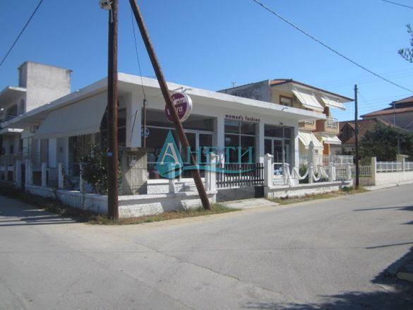 Сграда с магазин и апартамент в центъра на Врасна, Гърция, до плажа.