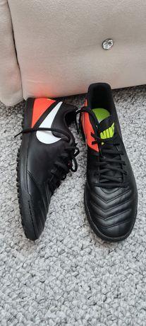 Adidasi Nike pt.teren sintetic.