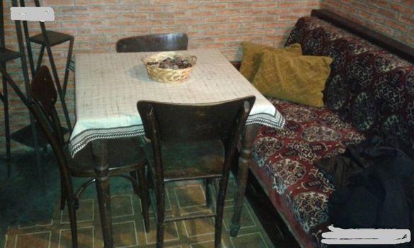Дървена орехова маса с 3 стола. Масата си е запазена, Столовете имат з