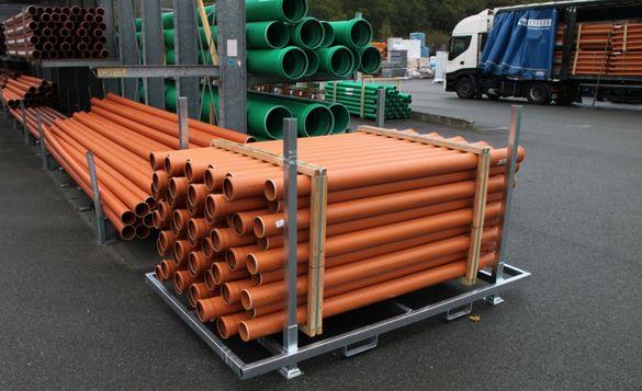 Конструкции за транспорт складирани на пластмасови и метални тръби
