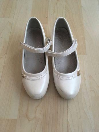 Официални бели обувки