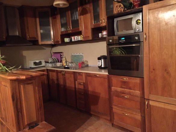 Кухня с барплот от масив-орех