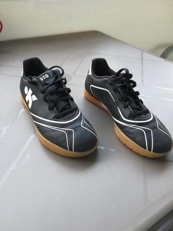 Детски футболни обувки.