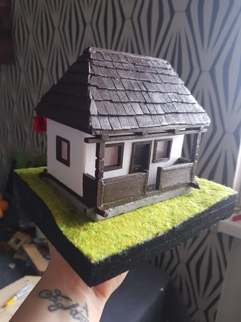Casa batraneasca alba in miniatura. Macheta traditionala a parintilor