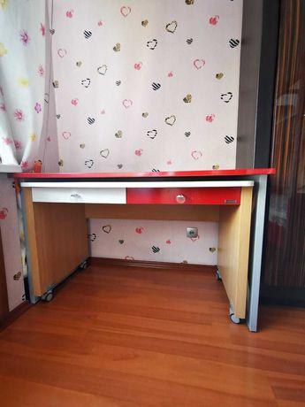Продаётся кровать двухярусная в комплекте с матрасами и столом
