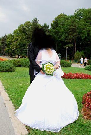De vânzare rochie de mireasa albă și pantofi