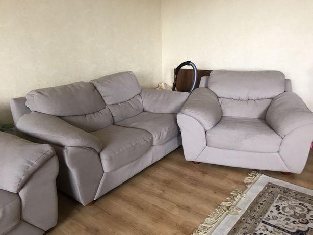 Срочно продам мягкую мебель в гостиную.