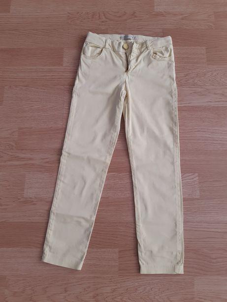 Pantaloni subțiri Zara.