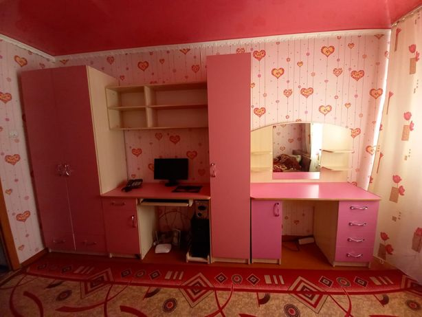 Компьютерный стол вместе с шефонером и с косметический столиком