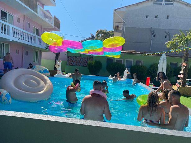 Hostel - 50 cam , 200 locuri de cazare ,500 m, piscina , beach bar ...