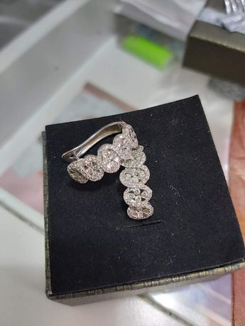 Cercei diamante in aur alb.