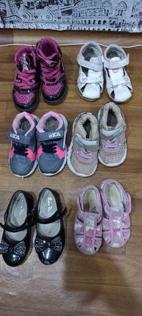 Отдам обувь на девочку.