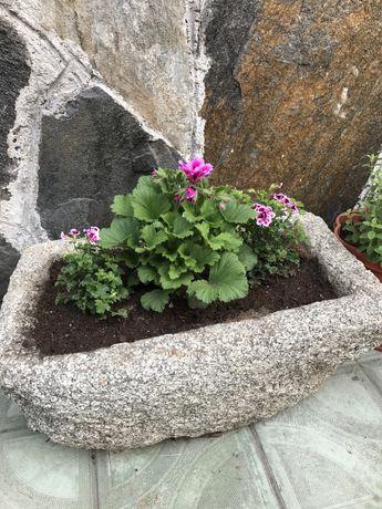 Каменно корито от дялан камък