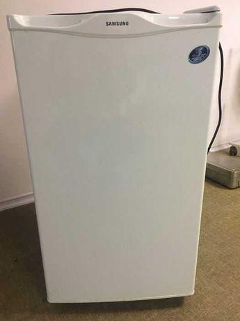 МИНИ холодильник SAMSUNG, внутри есть морозильная камера